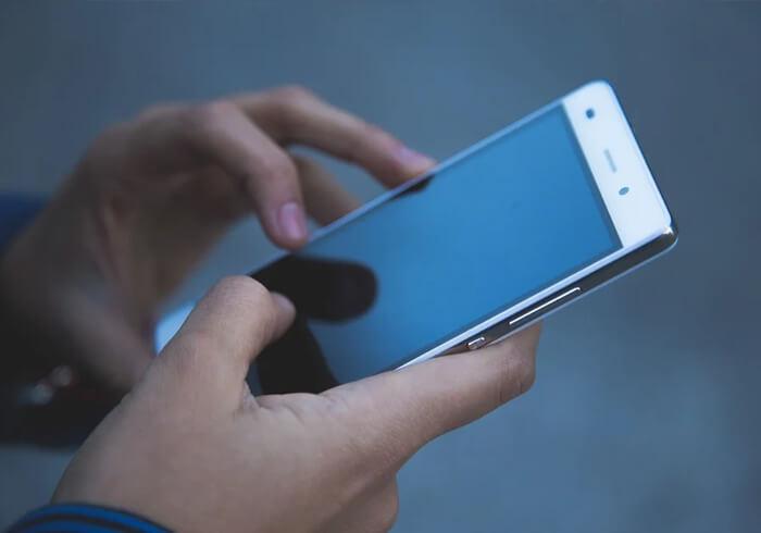 Person hält Smartphone in den Händen